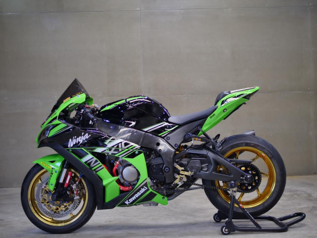 Kawasaki ZX10R bong bay voi dan do choi hang hieu - 9