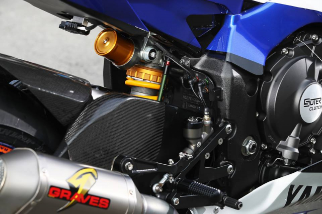 Yamaha R1 do hap dan voi su tai tro tu Monster Energy - 5