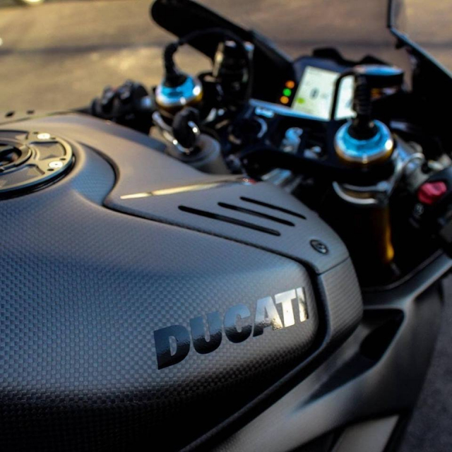Ducati Panigale V4 do gay can voi dien mao Fullsix Carbon - 4