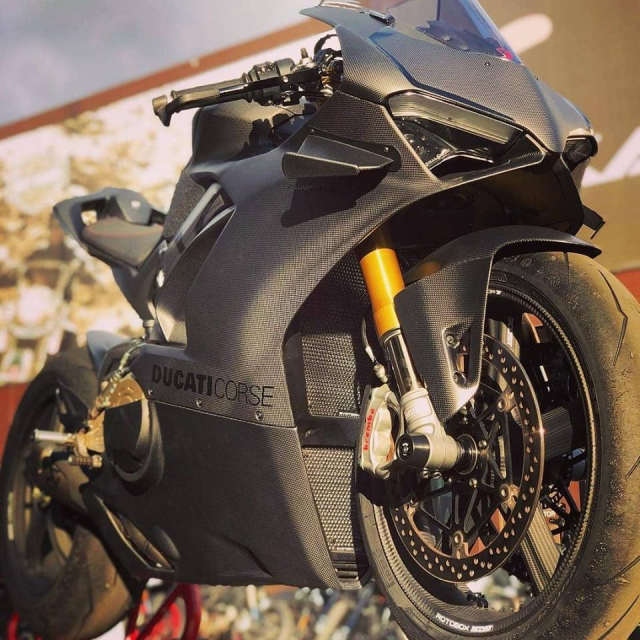 Ducati Panigale V4 do gay can voi dien mao Fullsix Carbon - 10