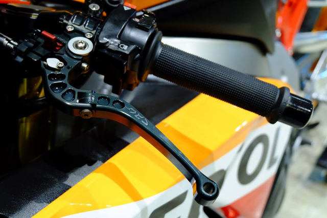 Honda CBR1000RR do day loi cuon trong dien mao Repsol Racing - 7