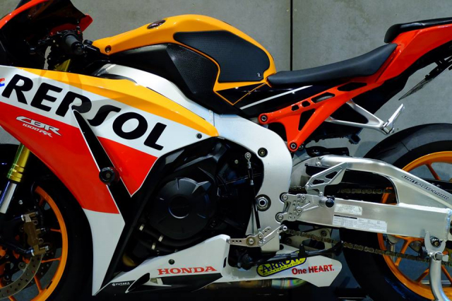 Honda CBR1000RR do day loi cuon trong dien mao Repsol Racing - 15