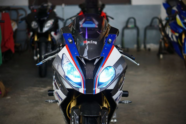 BMW S1000RR do day loi cuon trong dien mao HP4 Race