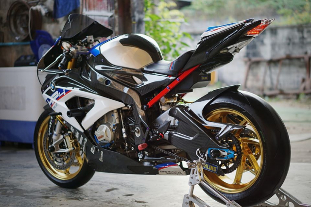 BMW S1000RR do day loi cuon trong dien mao HP4 Race - 7