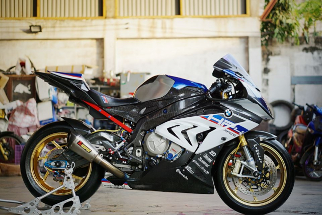 BMW S1000RR do day loi cuon trong dien mao HP4 Race - 5